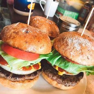 石窯ライ麦パンのハンバーガー